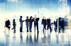 Silhouettes des gens d'affaires à l'intérieur du bureau Images libres de droits