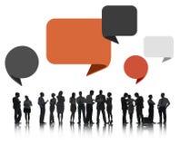 Silhouettes des gens d'affaires avec des bulles de la parole Image stock