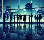 Silhouettes des gens d'affaires dans l'immeuble de bureaux illustration stock
