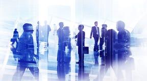 Silhouettes des gens d'affaires dans un immeuble de bureaux Images libres de droits
