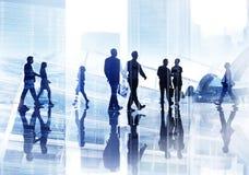 Silhouettes des gens d'affaires de Wallking à l'intérieur du bureau Image libre de droits