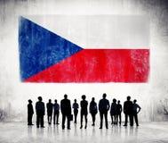 Silhouettes des gens d'affaires et un drapeau de République Tchèque Images stock
