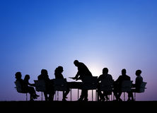Silhouettes des gens d'affaires lors d'une réunion dehors Image libre de droits