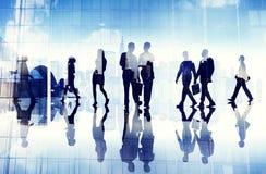 Silhouettes des gens d'affaires marchant à l'intérieur du bureau Images libres de droits