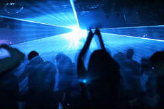 Silhouettes des gens de danse Photographie stock