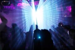 Silhouettes des gens de danse Image stock