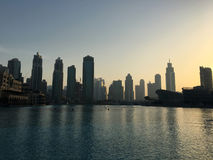 Silhouettes des gratte-ciel à Dubaï au coucher du soleil Images stock