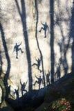 Silhouettes des grimpeurs dans Bubnyshche Photographie stock libre de droits