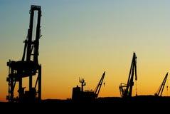Silhouettes des grues de chantier naval Image stock