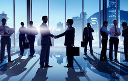 Silhouettes des hommes d'affaires ayant une poignée de main Photo libre de droits