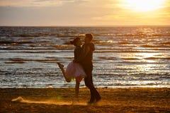 Silhouettes des hommes et des femmes dans la jupe courte luxuriante, C.A. courant Photos libres de droits