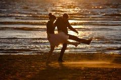 Silhouettes des hommes et des femmes dans la jupe courte luxuriante, C.A. courant Photos stock