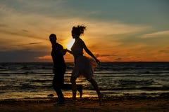 Silhouettes des hommes et des femmes dans la jupe courte luxuriante, C.A. courant Photo libre de droits