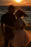 Silhouettes des hommes et des femmes dans la jupe courte luxuriante, embrassant l'AG Photo stock
