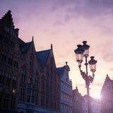 Silhouettes des maisons de centre de la ville à Bruges Photographie stock libre de droits