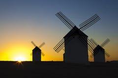 Silhouettes des moulins à vent traditionnels au site de Campo de Criptana, Image libre de droits