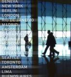 Silhouettes des passagers marchant à l'aéroport images stock