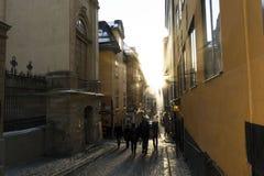 Silhouettes des personnes au coucher du soleil sur la rue à Stockholm, Suède photos stock