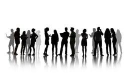 Silhouettes des personnes ayant la discussion de groupe Photo stock