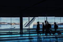 Silhouettes des personnes dans le bâtiment d'aéroport images libres de droits