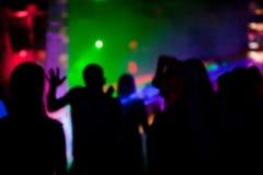 Silhouettes des personnes dansant dans la boîte de nuit à une partie Photo libre de droits