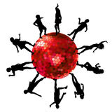 Silhouettes des personnes dansant sur une boule de disco Photos libres de droits