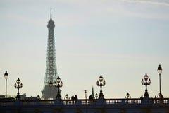 Silhouettes des personnes et des lanternes sur le pont célèbre d'Alexandre III et le Tour Eiffel Photographie stock libre de droits