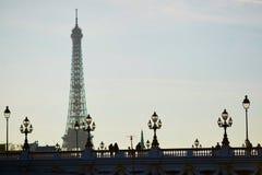 Silhouettes des personnes et des lanternes sur le pont célèbre d'Alexandre III et le Tour Eiffel Photos libres de droits