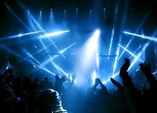 Silhouettes des personnes et des musiciens Photo stock