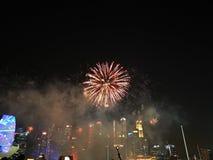 Silhouettes des personnes observant un affichage de feux d'artifice Photo courante images libres de droits