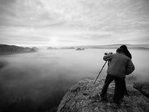 Silhouettes des photographes de l'homme Hommes sur la montagne, deux hommes prenant des photos dans le lever de soleil de matin d Photo libre de droits