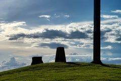 Silhouettes des pierres et du pilier avec des nuages au fond Images stock