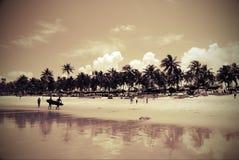 Silhouettes des surfers photographie stock