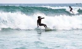 Silhouettes des surfers Photo stock