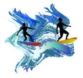 Silhouettes des surfers dans les vagues turbulentes Photographie stock