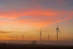Silhouettes des turbines de vent en brouillard à l'aube près de Hopefield photographie stock libre de droits