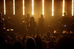 Silhouettes des ventilateurs au concert sous tension de bruit Photos libres de droits