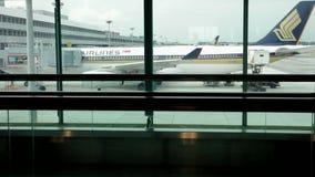 Silhouettes des voyageurs sur le terminal d'aéroport international de Singapour banque de vidéos