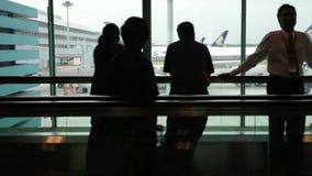 Silhouettes des voyageurs sur le terminal d'aéroport international de Singapour clips vidéos