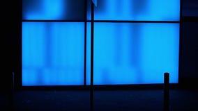 Silhouettes devant le mur de verre bleu clips vidéos