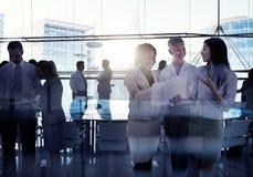 Silhouettes du groupe multi-ethnique de gens d'affaires travaillant le pouvoir adiathermique Images stock