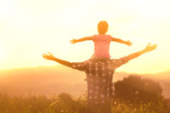 Silhouettes du père et de la fille jouant ensemble Photos libres de droits