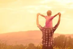 Silhouettes du père et de la fille jouant ensemble Photographie stock libre de droits