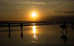 Silhouettes du ` s de personnes sur le coucher du soleil Photo stock