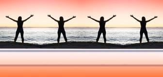 Silhouettes et coucher du soleil de fille sur le bord de la mer Photo libre de droits