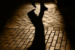 Silhouettes et ombres de personne Walkng Photos stock