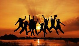 silhouettes för gruppbildbanhoppning Arkivfoton