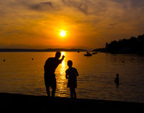 Silhouettes of  father and little daughter Stock Photography