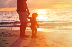 Silhouettes of father and little daughter walking Royalty Free Stock Photos