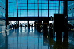 silhouettes för folk för byggnadsingång moderna till Royaltyfri Foto